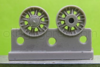 1/72 Wheels for KV, Cast with 8 triangular apertures, from mid 1942